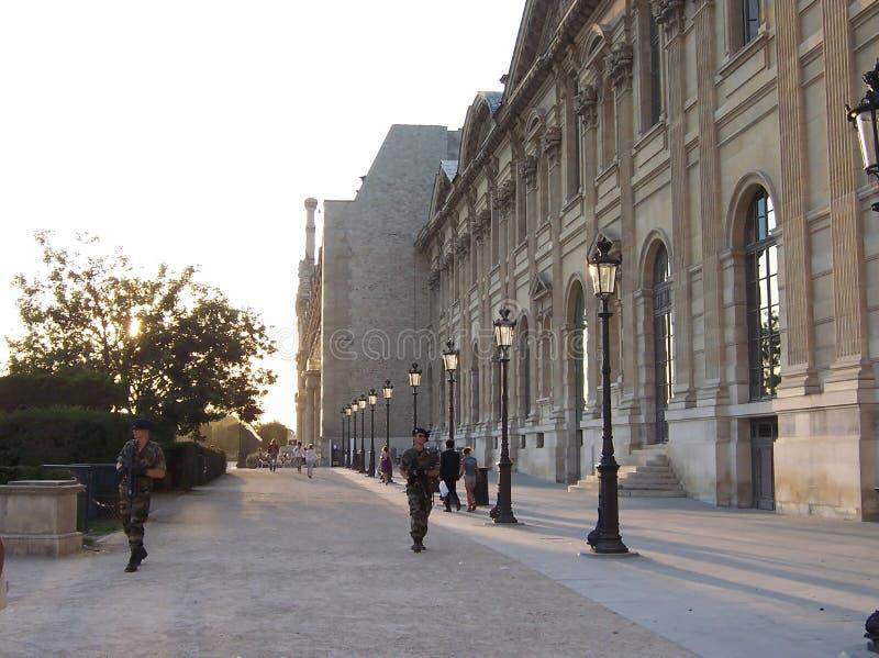 Parijs, 05 Frankrijk-Augustus, 2009: militair met machinegeweren op de straten van Parijs stock afbeelding