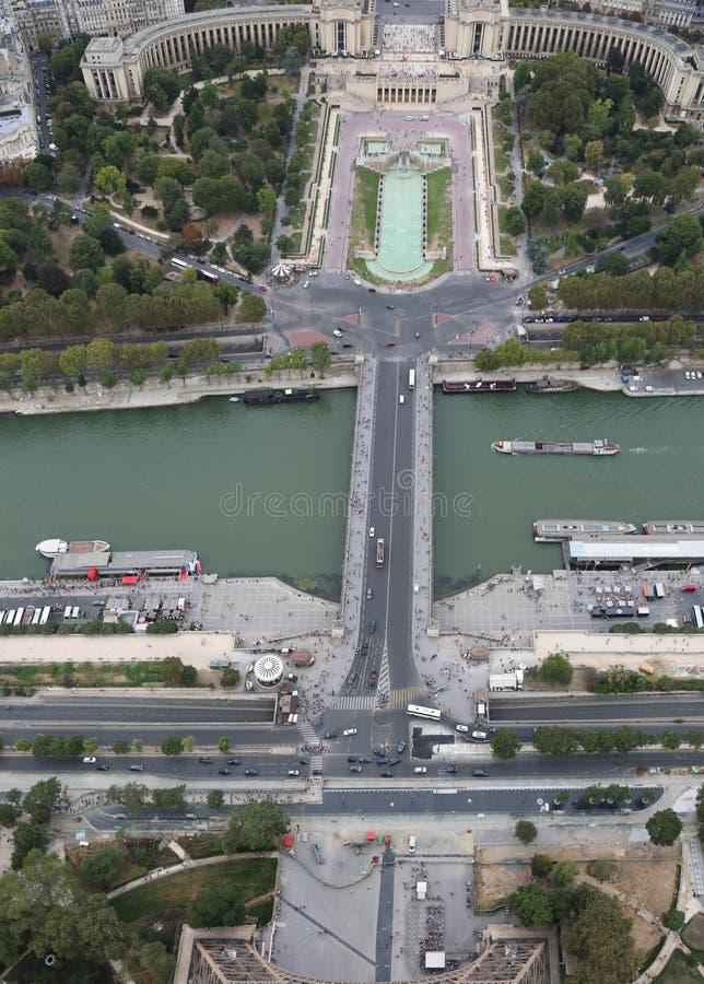 Parijs, Frankrijk - Augustus 21, 2018: Weergeven van de Toren van Eiffel van Sein stock foto