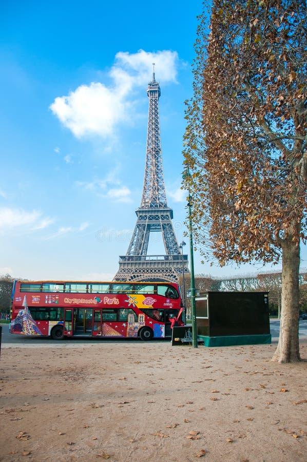 Parijs, Frankrijk, 11 21 2018 Bekijk de Eiffeltoren en de rode reisbus van de Champ de Mars op een zonnige herfstdag stock afbeelding