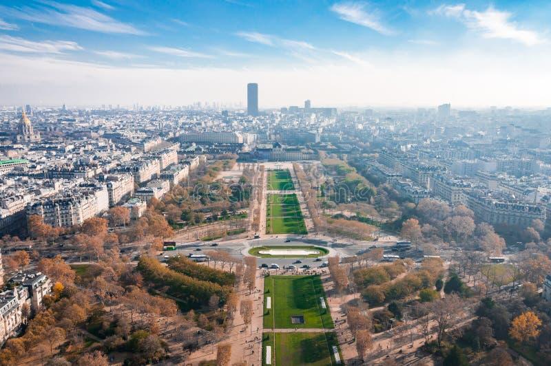 Parijs, Frankrijk, 11 21 2018 Bekijk de Eiffeltoren op de Champ de Mars van Parijs en vele gebouwen op de hoogte stock foto