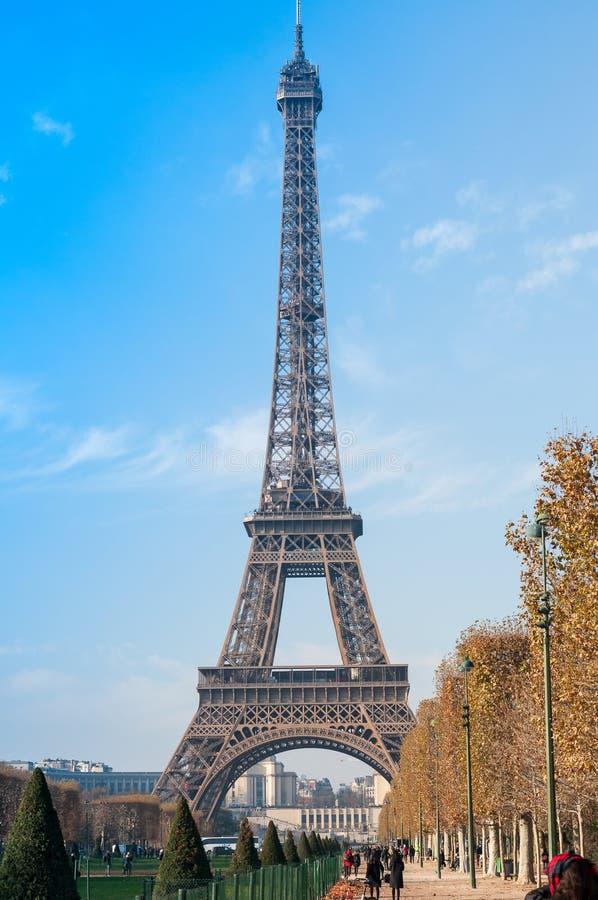 Parijs, Frankrijk, 11 21 2018 Bekijk de Eiffeltoren van de Champ de Mars op een zonnige herfstdag royalty-vrije stock afbeelding