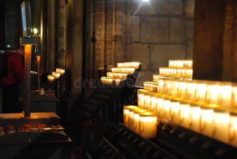Parijs, Frankrijk de de kathedraalkaarsen van Norte Dane Catholic stock afbeelding