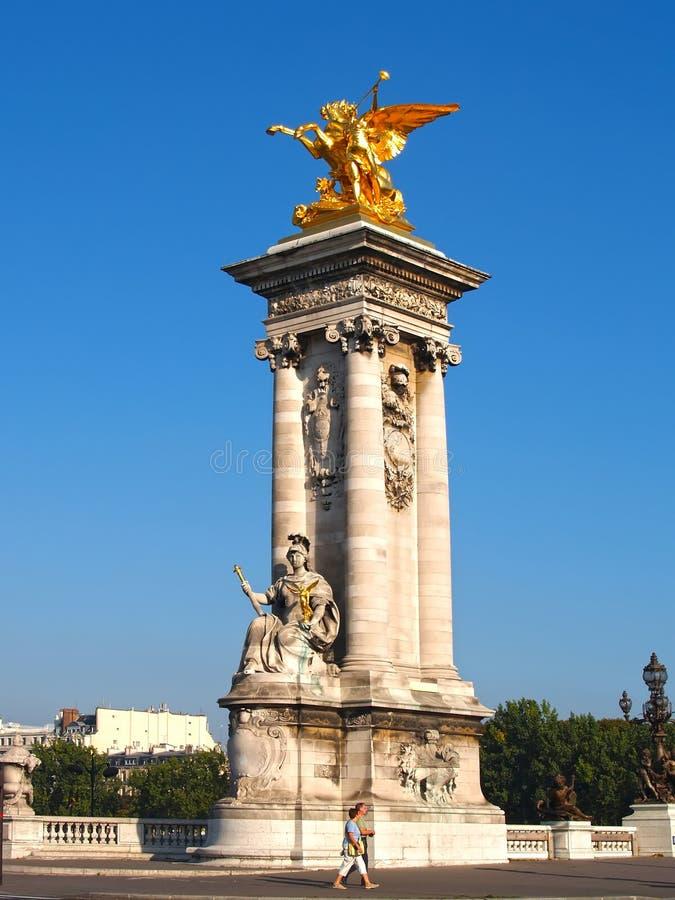 Parijs, Frankrijk Een colonnade op Alexander III-Brug stock foto