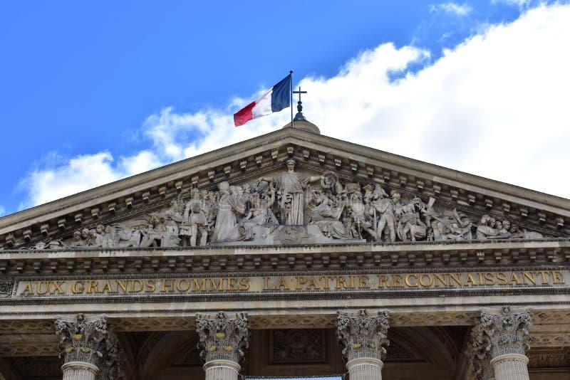 Parijs, Frankrijk Het Pantheon, Latijns Kwart Voorgevelclose-up, kolommen, kapitalen, timpaan met beeldhouwwerken en Franse vlag stock afbeelding