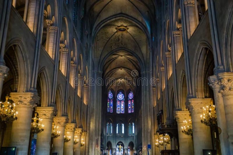 PARIJS, FRANKRIJK - 8 JUNI 2014: binnenlandse mening van Notre Dame de Paris stock afbeeldingen