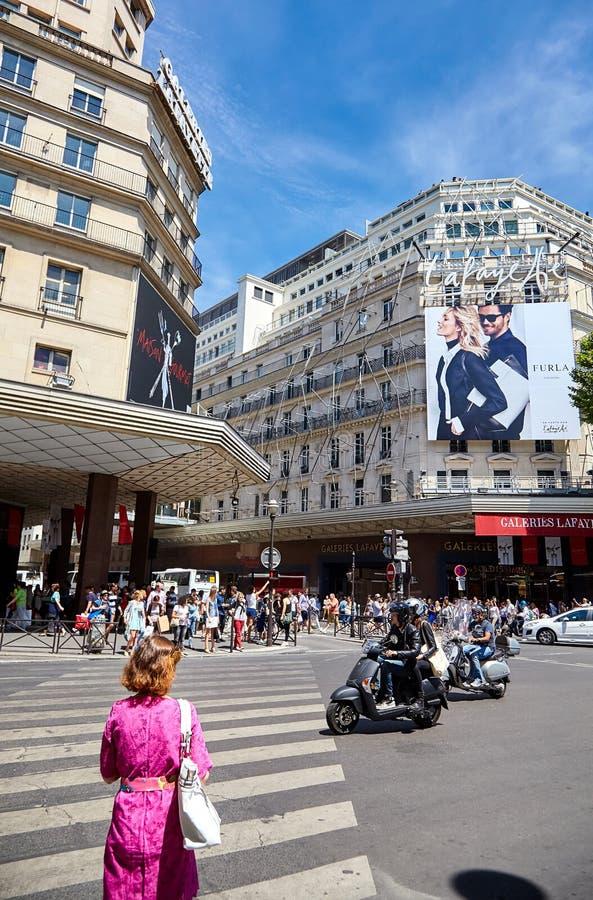 Parijs, Frankrijk - Juni 29, 2015: Boulevard Haussmann Een vrouw bij a stock afbeelding