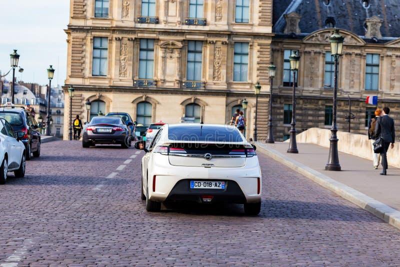 PARIJS, FRANKRIJK - JUNI 6, 2014: De auto van Opel Ampera in straat van Parijs royalty-vrije stock fotografie