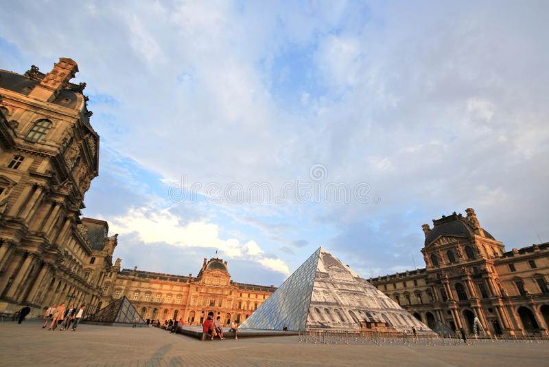 Parijs, Frankrijk - Juni 7.2016: de belangrijkste binnenplaats van het Louvre in zonsondergang in Parijs, Frankrijk op 7,2016 Jun stock fotografie