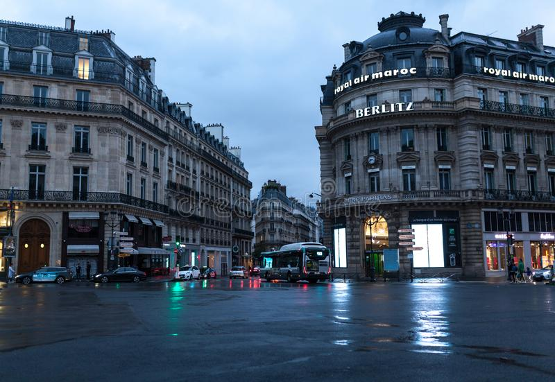 Parijs, Frankrijk - Juni 01, 2018 De straatmening van Parijs met traditionele Franse de bouwvoorgevels onder de zonstralen van de stock afbeeldingen