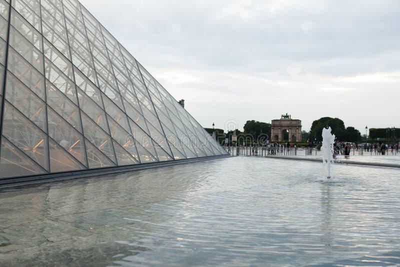 Parijs, Frankrijk 01 Juni 2018: Het vierkant van het Louvremuseum tijdens een de zomerzonsondergang stock fotografie