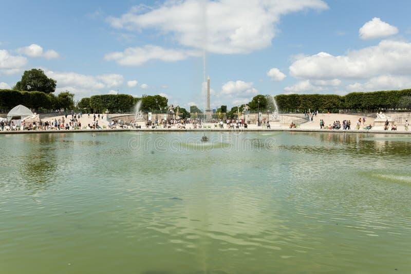 PARIJS, FRANKRIJK - 02 Juni 2018: Lokaal en Toerist geniet van eerste zonnige dagen in beroemde Tuileries-tuin stock afbeeldingen