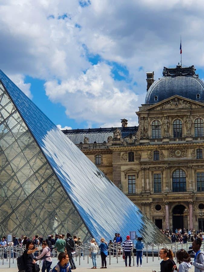 Parijs, Frankrijk, Juni 2019: Louvremuseum en zijn Piramide stock foto