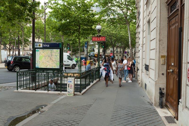 PARIJS, FRANKRIJK - 02 Juni 2018: Metro het teken met een bar op de achtergrond Parijs is één van de meest bevolkte stad in Europ royalty-vrije stock foto's