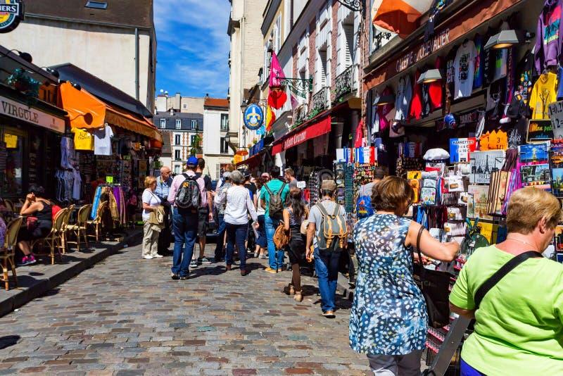 PARIJS, FRANKRIJK - JUNI 2014: Montmartrestraat in Parijs, Frankrijk stock foto