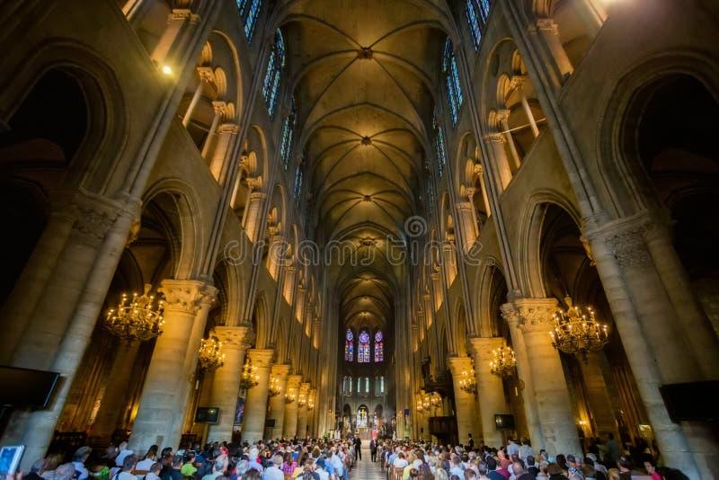 PARIJS, FRANKRIJK - 8 JUNI 2014: Niet ge?dentificeerde toeristen die Notre Dame de Paris bezoeken royalty-vrije stock fotografie