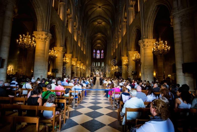 PARIJS, FRANKRIJK - 8 JUNI 2014: Niet ge?dentificeerde toeristen die Notre Dame de Paris bezoeken royalty-vrije stock foto