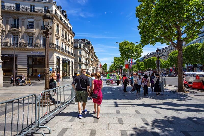 PARIJS, FRANKRIJK - JUNI 2014: Stadsstraat op zonnige middag royalty-vrije stock afbeelding