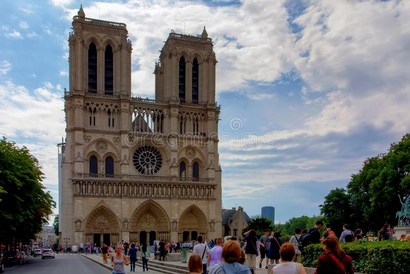 PARIJS, FRANKRIJK - 8 JUNI 2014: Toeristen dichtbij Notre Dame de Paris in Parijs stock foto