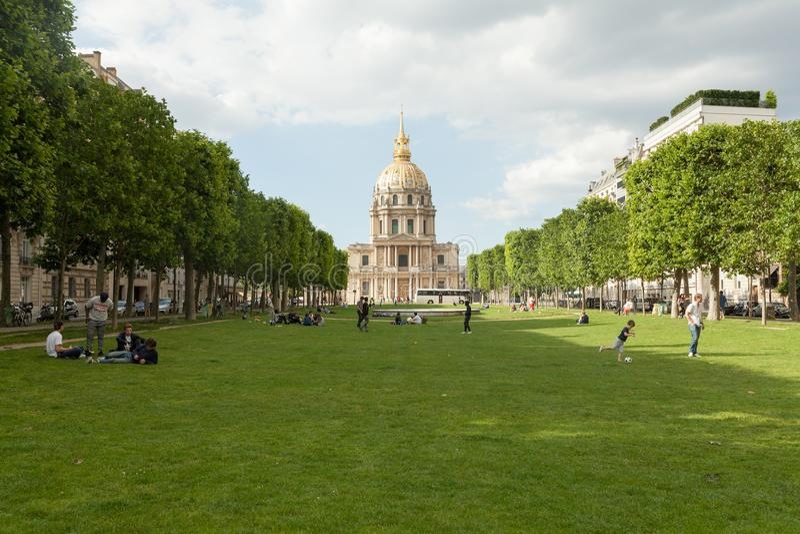 Parijs, Frankrijk 02 Juni 2018 Tuinen, paleis en koepel die de Promenade des Invalides in Parijs vormen royalty-vrije stock fotografie