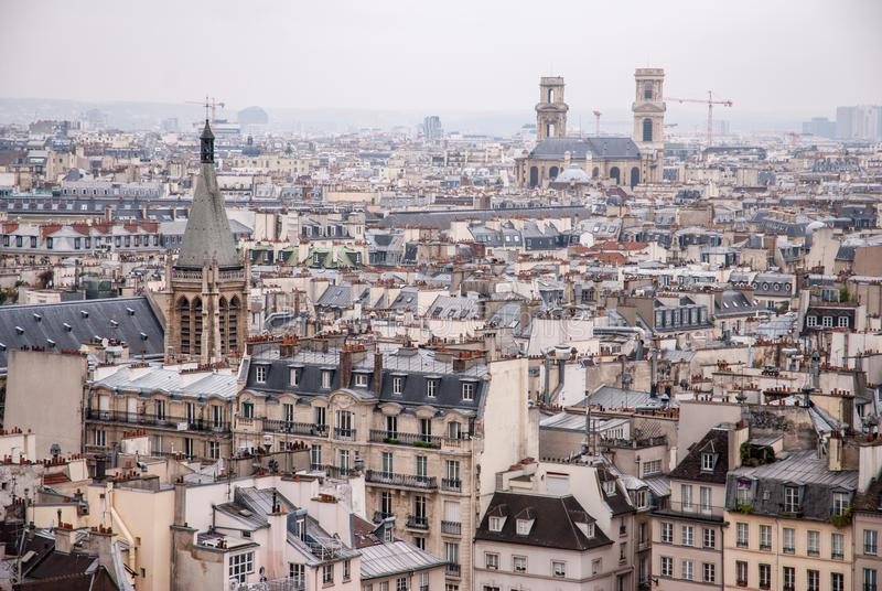 Parijs, Frankrijk - luchtstadsmening met oude architectuur stock fotografie