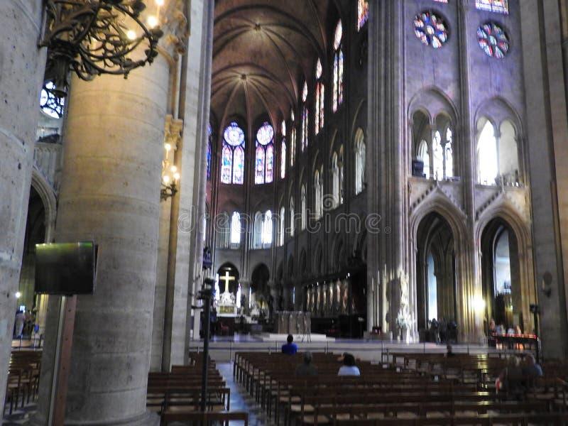 Parijs, Frankrijk - Maart 31, 2019: beroemde Notre Dame-kathedraal binnenlandse mening De Plaats van de Erfenis van de Wereld van stock foto