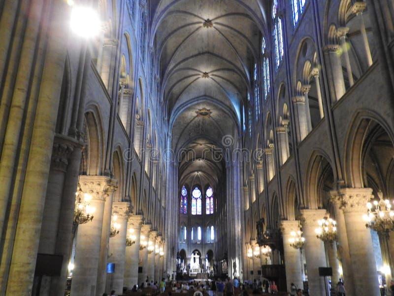 Parijs, Frankrijk - Maart 31, 2019: beroemde Notre Dame-kathedraal binnenlandse mening De Plaats van de Erfenis van de Wereld van stock foto's