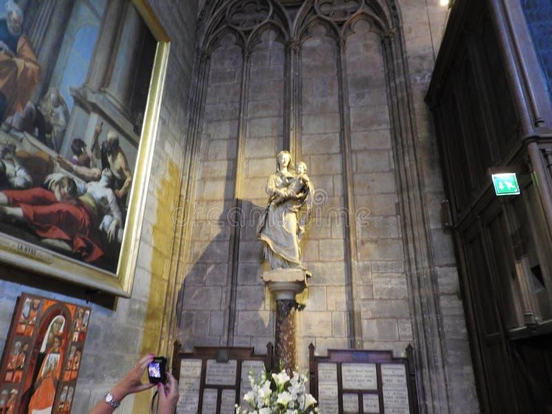 Parijs, Frankrijk - Maart 31, 2019: beroemde Notre Dame-kathedraal binnenlandse mening De Plaats van de Erfenis van de Wereld van stock fotografie