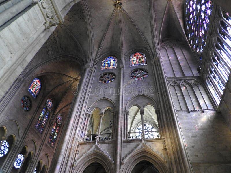 Parijs, Frankrijk - Maart 31, 2019: Binnen de Katholieke Kathedraal van Notre Dame, bekijk vensterrozen, Parijs, Frankrijk Unesco royalty-vrije stock fotografie