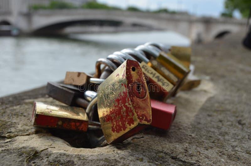 PARIJS, FRANKRIJK - MAART 29, 2014: DE RIVIER SENA VAN LIEFDEhangsloten royalty-vrije stock afbeeldingen