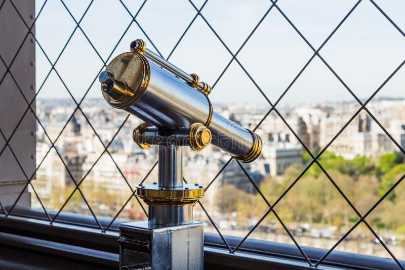 Parijs, Frankrijk - Maart 30, 2017: Een heldere en glanzende telescoop op de Toren van Eiffel royalty-vrije stock foto's