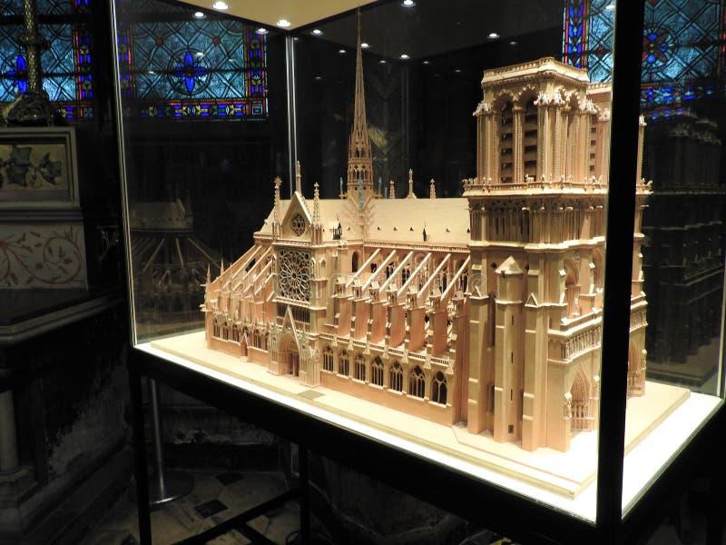 Parijs, Frankrijk - Maart 31, 2019: Houten model van Notre Dame de Paris onder een glaskoepel Notre Dame-bouw begon in het jaar royalty-vrije stock fotografie