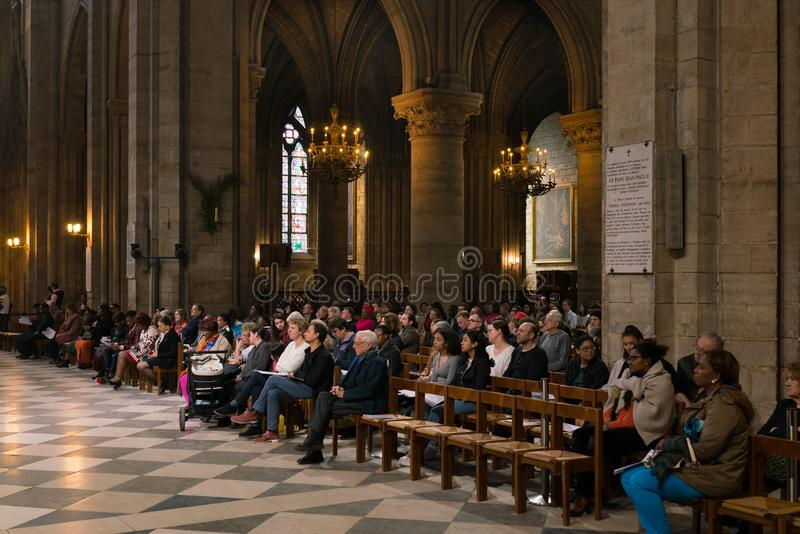 Parijs, Frankrijk - Maart 31, 2019: parochianen in de kathedraal Notre Dame de Paris royalty-vrije stock afbeeldingen