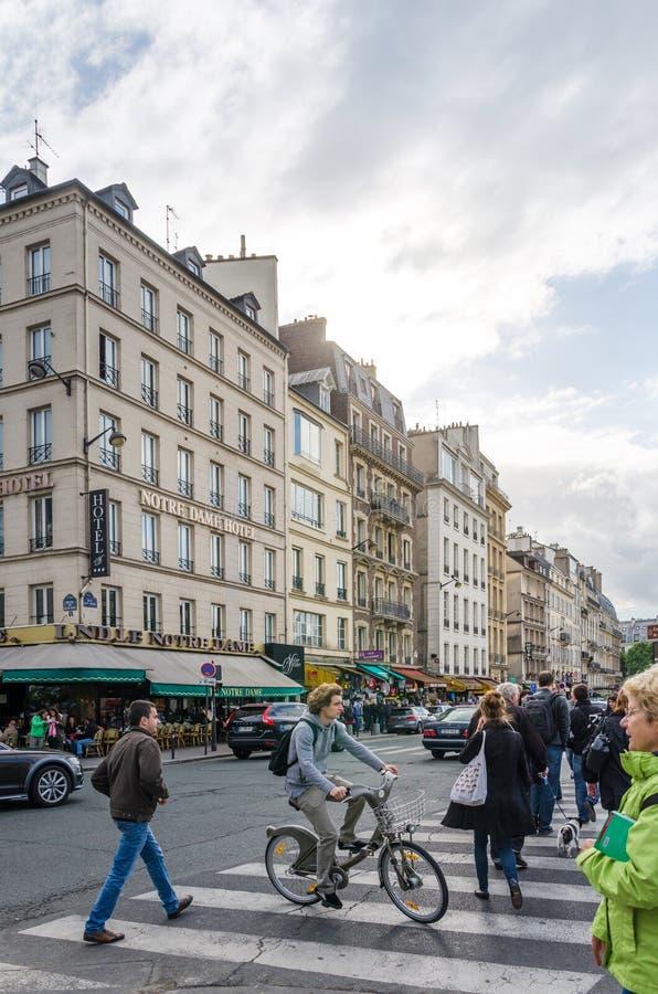 Parijs, Frankrijk - Mei 14, 2015: De Franse Mensen halen binnen Eiland, Parijs aan stock afbeelding