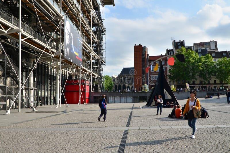 Parijs, Frankrijk - Mei 14, 2015: De mensen bezoeken Centrum van Georges Pompidou royalty-vrije stock foto