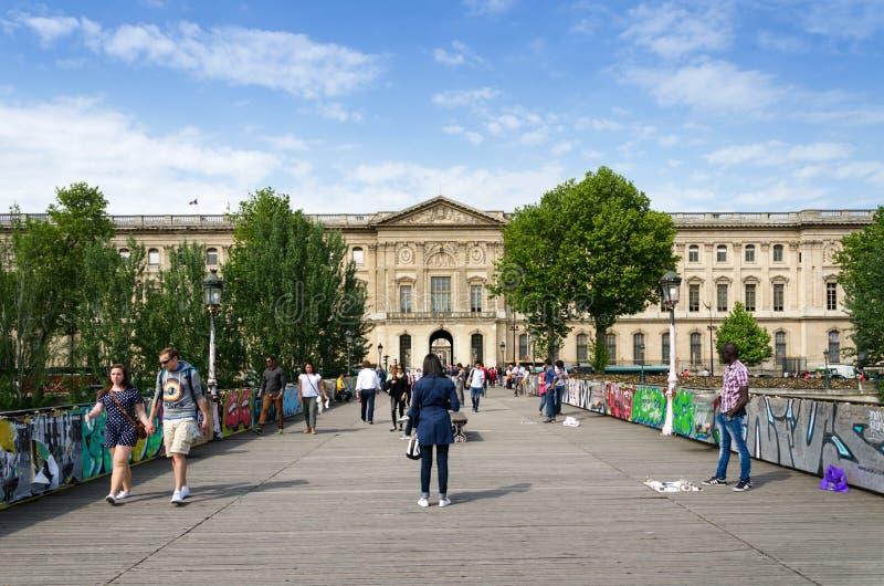 Parijs, Frankrijk - Mei 13, 2015: De mensen bezoeken de Pont des Arts brug stock fotografie