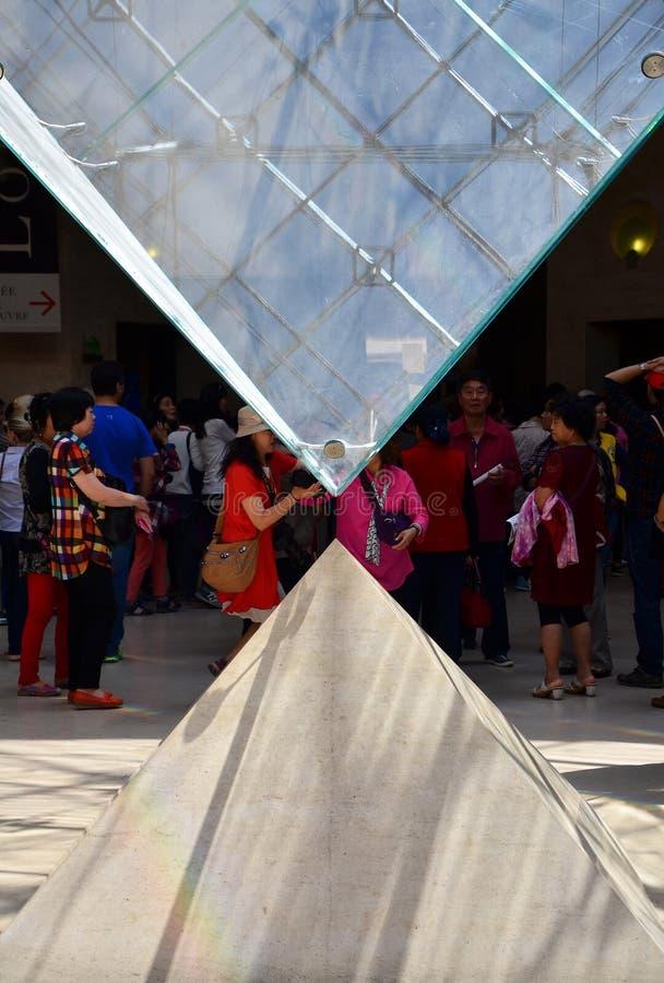 Parijs, Frankrijk - Mei 13, 2015: De toeristen bezoeken binnen de Latten royalty-vrije stock afbeeldingen