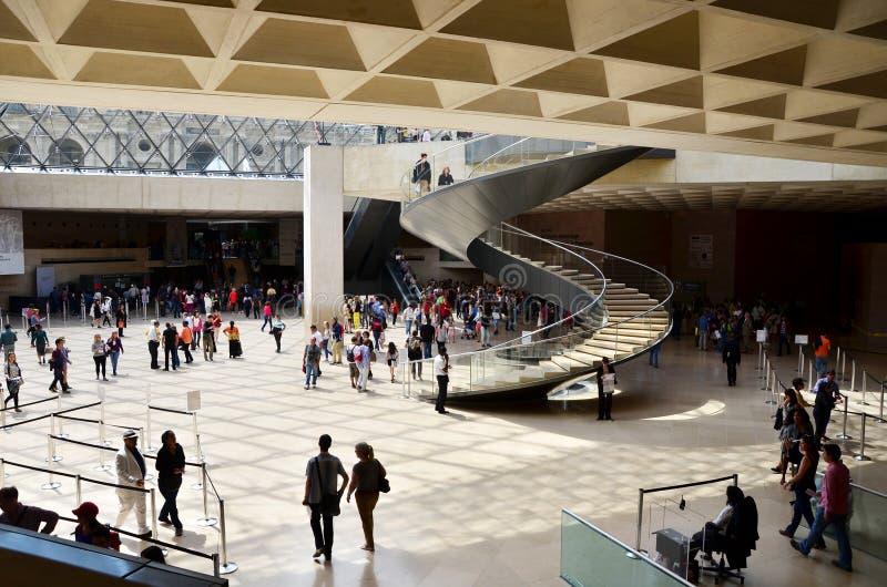Parijs, Frankrijk - Mei 13, 2015: De toeristen bezoeken Binnenland van Louvremuseum royalty-vrije stock afbeeldingen