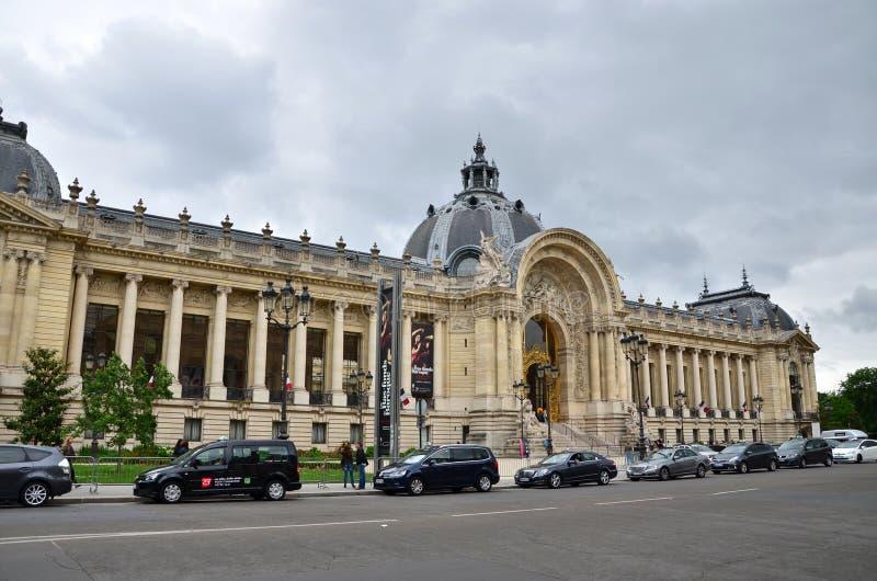 Parijs, Frankrijk - Mei 14, 2015: Het Grote Paleis van het toeristenbezoek (Grote Palais) in Parijs stock afbeeldingen