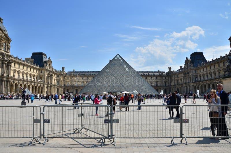 Parijs, Frankrijk - Mei 13, 2015: Het Louvremuseum van het toeristenbezoek royalty-vrije stock afbeelding