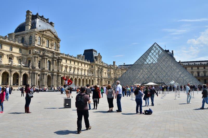 Parijs, Frankrijk - Mei 13, 2015: Het Louvremuseum van het toeristenbezoek in Pa stock afbeelding