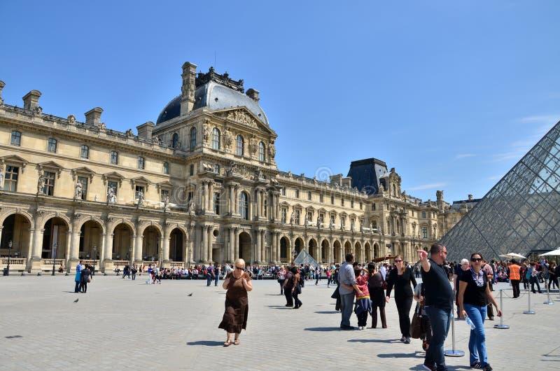 Parijs, Frankrijk - Mei 13, 2015: Het Louvremuseum van het toeristenbezoek in Parijs stock fotografie