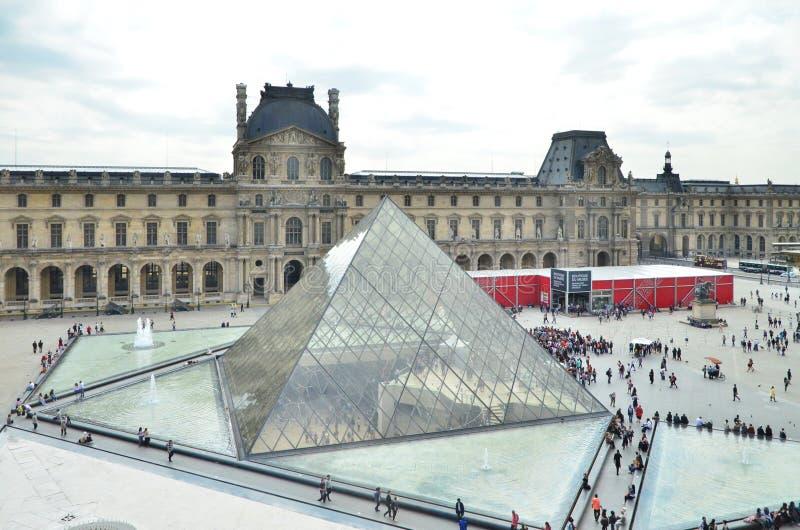 Parijs, Frankrijk - Mei 13, 2015: Het Louvremuseum van het toeristenbezoek in Parijs royalty-vrije stock afbeelding
