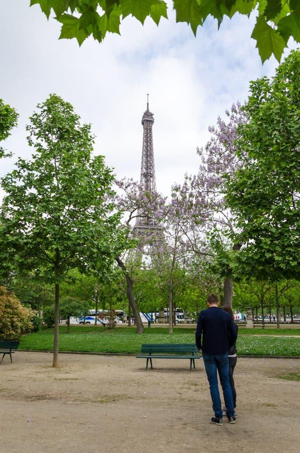 Parijs, Frankrijk - Mei 15, 2015: Mensen in Champs de Mars, bij de voet van de Toren van Eiffel in Parijs royalty-vrije stock afbeelding