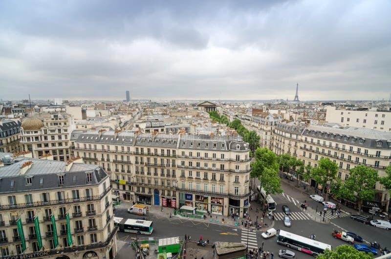 Parijs, Frankrijk - Mei 15, 2015: Mensen op de straat dichtbij Madelein-Kerk in Parijs royalty-vrije stock afbeeldingen