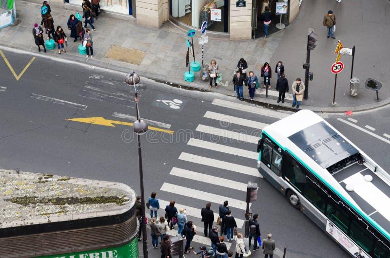 Parijs, Frankrijk - Mei 15, 2015: Mensen op de straat dichtbij Madeleine Church in Parijs stock afbeelding