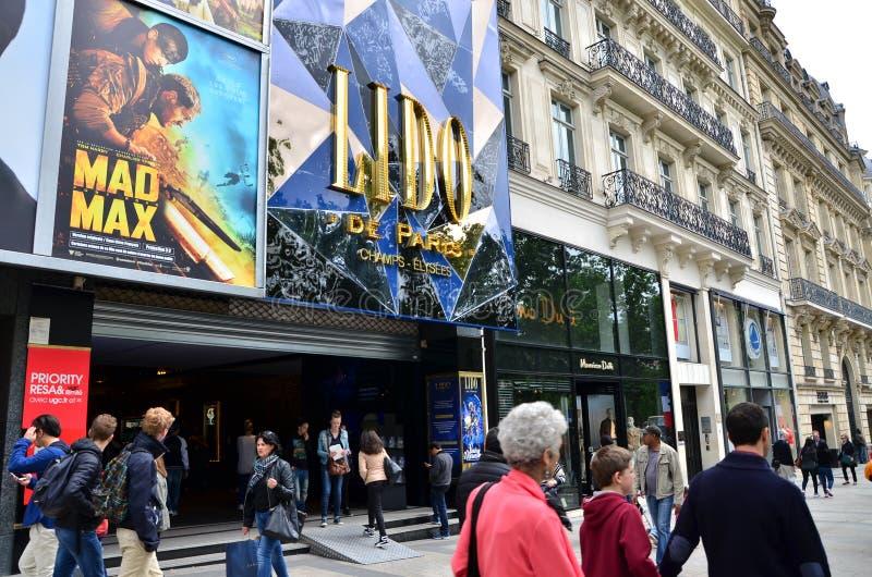 Parijs, Frankrijk - Mei 14, 2015: Toeristen op de Weg des Champs-elysees royalty-vrije stock afbeeldingen