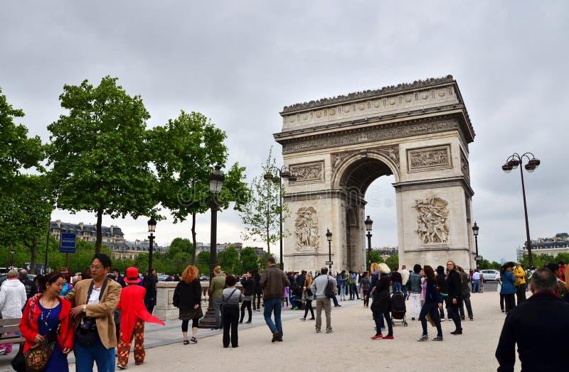 Parijs, Frankrijk - Mei 14, 2015: Toeristenbezoek Arc de Triomphe DE l'Etoile in Parijs royalty-vrije stock foto's