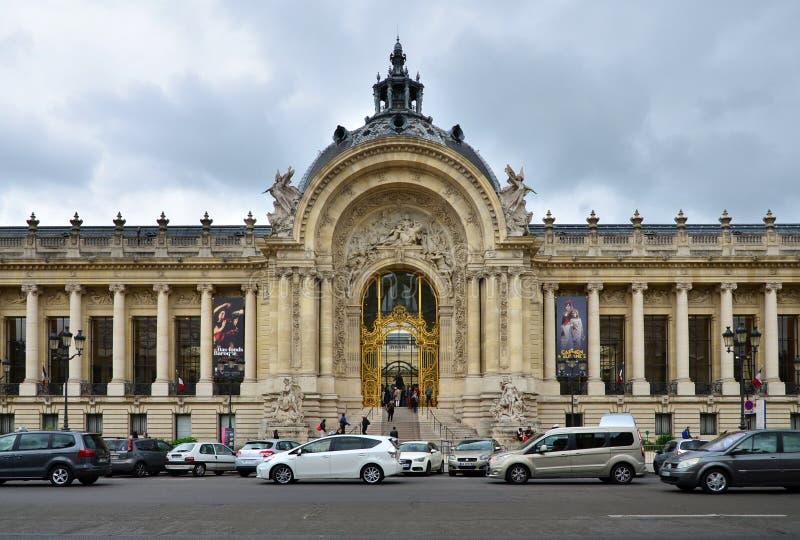 Parijs, Frankrijk - Mei 14, 2015: Toeristenbezoek Grote PalaceGrand Palais royalty-vrije stock fotografie