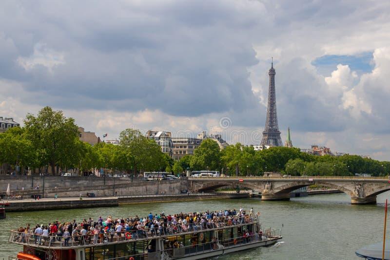 PARIJS, FRANKRIJK - MEI 25, 2019: Weergeven van de Toren van Eiffel Cruise op de rivierzegen in Parijs Heldere en bewolkte hemel stock afbeeldingen