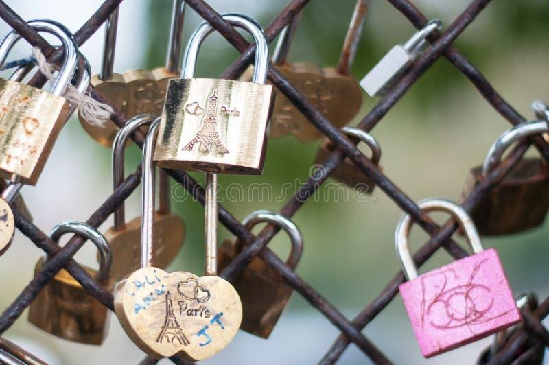 Parijs, Frankrijk, 11 22 2018 Montmartre, Omheining met gedenkwaardige sloten met het beeld van de Toren van Eiffel dichtbij de B stock foto